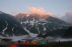 夕日に染まる立山連峰。