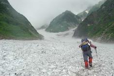 白馬大雪渓を登る女